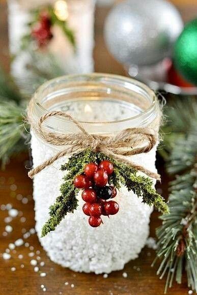 Простой и милый новогодний подсвечник из баночки. МК.  Свечи всегда здорово украшают новогодний интерьер. А если их нужно расставить много, например обычные греющие свечи в алюминиевой фольге, то поместить их можно вот в такие баночки, украшенные джутовой веревочкой и искусственными или настоящими ягодками и еловыми или веточками туи. А сама баночка промазывается клеем пва и густо посыпается крупной солью. Если хочется, чтобы баночка была непрозрачной, в клей можно добавить немного белой…