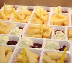 Traktatie voor Lisanne reepjes cake, slagroom en jam