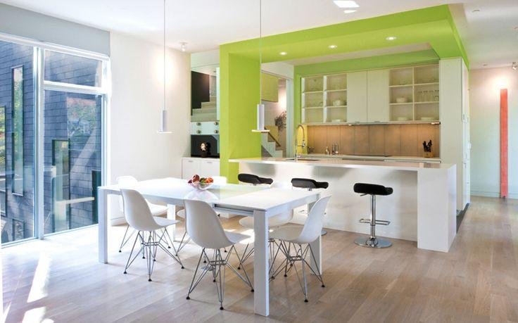 Современная кухня/столовая в просторном доме.