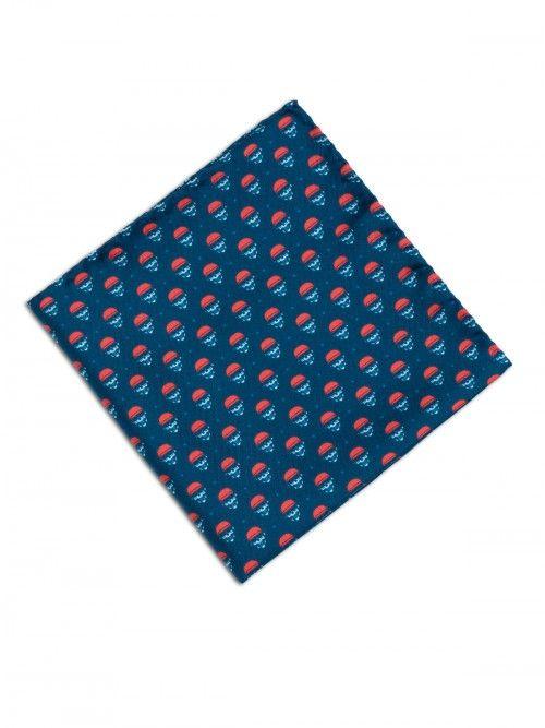 Pañuelo de seda, confeccionado en Italia, en color azul con estampado de diseño de calaveras. www,soloio.com #silk#pocketsquare#suitup#suitupaccesories#menstyle#dapperman#dapperdetails#gentleman#menaccesories#pañuelodebolsillo#fazzoletto#airplane#skull#skulls