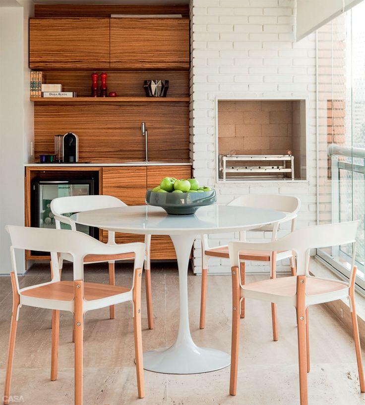 Churrasqueira, mesa, piso e bancada claras - Marcenaria escura - Tamanho da bancada