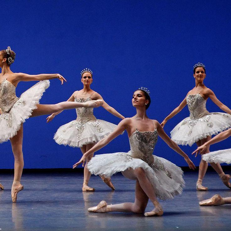 Dans ce ballet, George Balanchine a souhaité célébrer les capitales des 3 grandes écoles de danse : Paris, New-York et Saint-Pétersbourg  #Joyaux #Balanchine #ONP1718 #Emeraudes #Rubis #Diamants © Agathe Poupeney / OnP