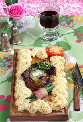 Oemotståndlig maträtt, fortfarande väl värd att bjuda på. Tricket är att välja bra kött – passar bra med en klick bearnaise.