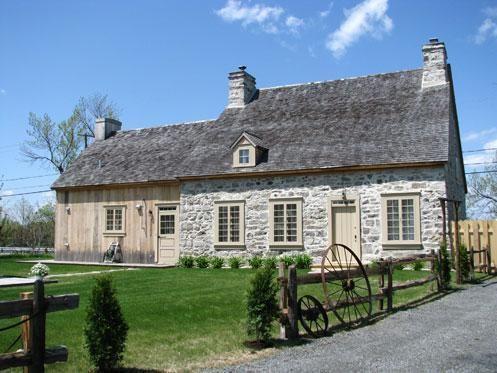 La maison Therrien est située près de l'avenue Tourville, au 9770 des Mille-Îles. Elle fût bâtie vers 1722. En 2007, une restauration du bâtiment redonne certains éléments d'origine au bâtiment :