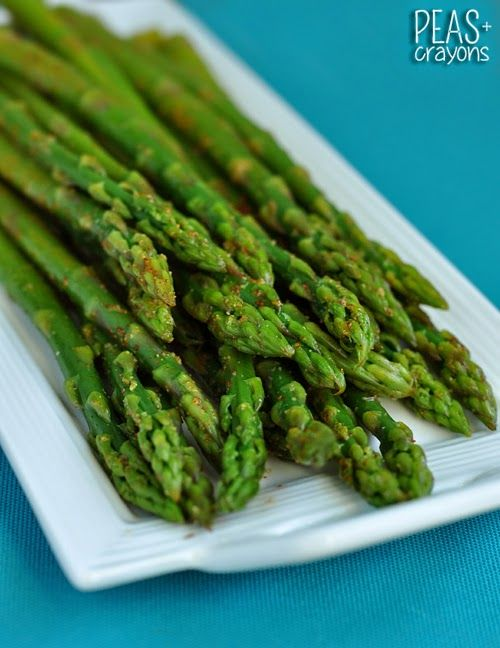 Easy Blanched Asparagus with Cayenne, Lemon, and Garlic... my go-to technique for perfect asparagus, every time! @peasandcrayons