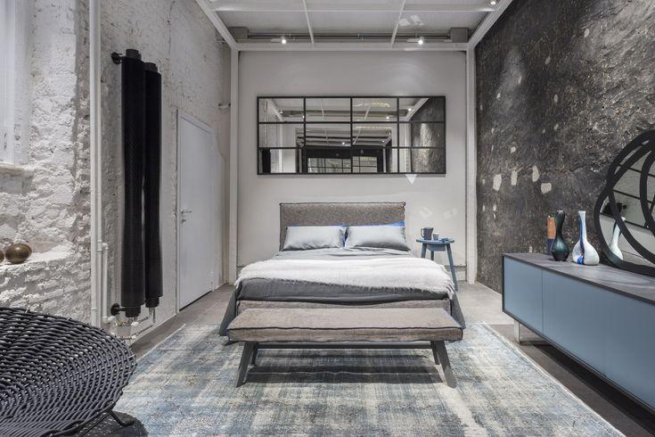 14/10/2016 -Mattoni a vista dipinti a calce bianca. Pavimenti in pietra grigia. Un'aria elegantemente délabré ispirata al fa