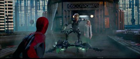 グライダーでスパイダーマンを追いかけるグリーンゴブリン。