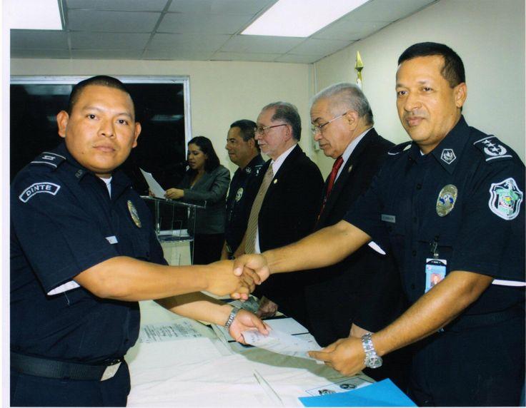 RECIBIENDO EL DIPLOMA DE POSTA GRADO EN MEDIACIÓN DE CONFLICTOS EN LA POLICÍA NACIONAL DE PARTE DE LA UNIVERSIDAD DE PANAMA