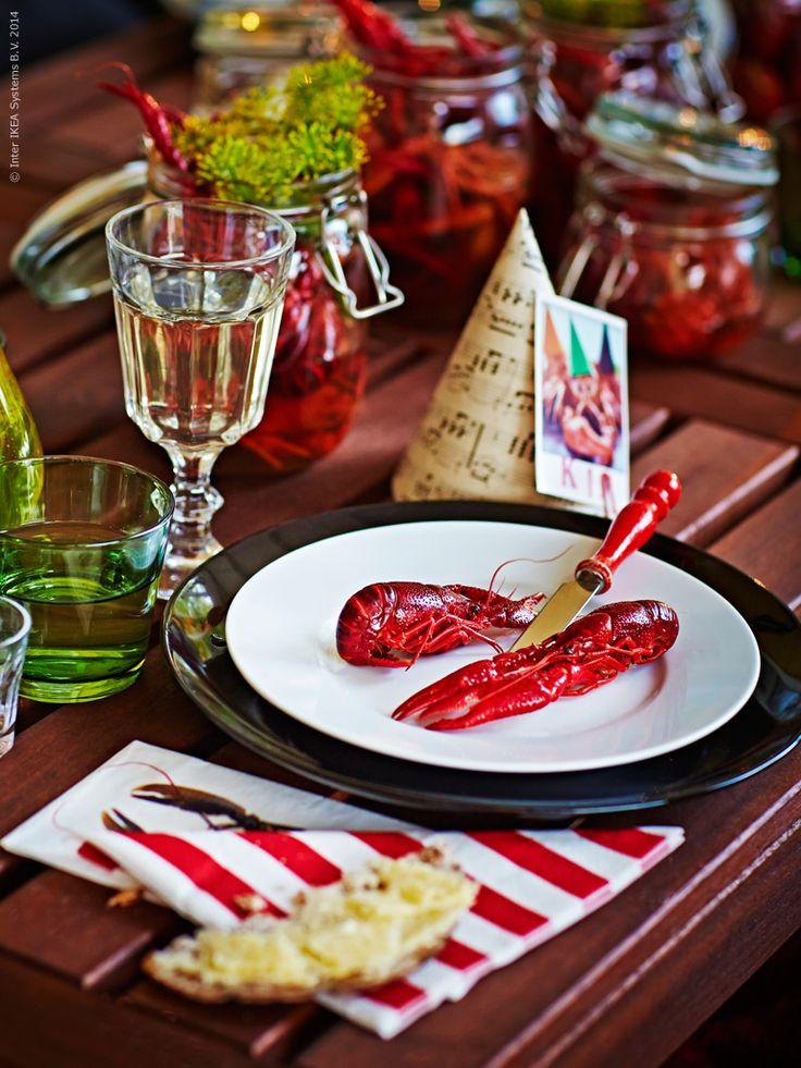 Bara att hugga in! MÅTTA pappersservett, SOLFINT pappersservett med kräftmotiv, FÄRGRIK servis 18 delar, IKEA 365+ assiett, POKAL vinglas, DIOD glas, KORKEN burk med lock.