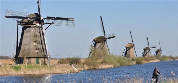 PAYS-BAS  photos-images-les-moulins-a-vent-de-Kinderdijk-chambres-d-hotes-hotels-restaurants-hollande-pays-bas-mills-windmills-molens-windmolens