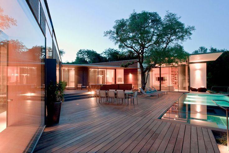 Каскадный «зеленый» дом от Bercy Chen Studio Архитекторское бюро Bercy Chen Studio представило частную резиденцию Cascading Creek House, расположенную в штате Техас, США. Каскадный особняк площадью 1,095 кв.м. базируется на «зеленых» технологиях, включая фотоэлементы, сбор дождевой воды, гидро-отопление и охлаждение. Со стороны улицы дом выглядит довольно просто, внимание привлекает лишь небольшой бассейн-пруд с водопадом. Со стороны внутреннего двора можно видеть совсем иную картину…