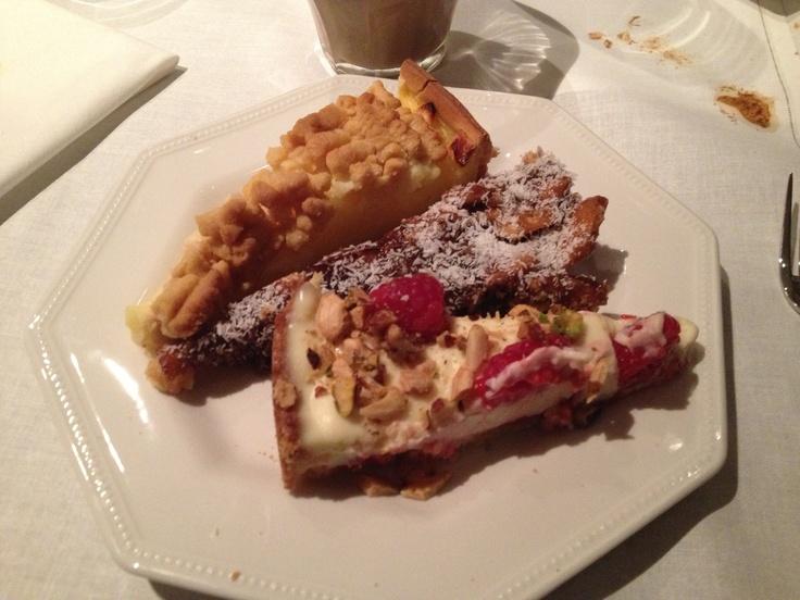 Appeltaartje uit Lommel (meegebracht) en zelfgemaakte dadeltaart (recept van Bagels & beans) en witte chocoladetaart met frambozen (recept uit: Een eigen taart is goud waard, Blond Amsterdam)