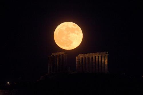 "Full moon... ""…απόψε πρόβαλε γυμνή, σὰ τέρας, ἡ Σελήνη  κι ἄβυσσος πόθου τὴ δονεῖ:  τὴν εἶδαν ὅλοι ἀπὸ νωρίς, τὶς πόρπες της νὰ λύνει,  σὰ νὰ διψοῦσεν ἡδονή…""  (απόσπασμα απ' το ποίημα ""Ἑκάτης πάθη""  ~Ναπολέων Λαπαθιώτης)"