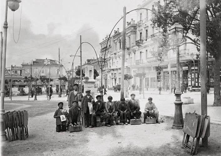 Νεαροί λούστροι στην πλατεία Συντάγματος περί το 1910. Λιδωρίκι: ΕΝΘΥΜΙΑ ΑΠΟ ΤΗΝ ΕΛΛΑΔΑ ΜΙΑΣ ΑΛΛΗΣ ΕΠΟΧΗΣ