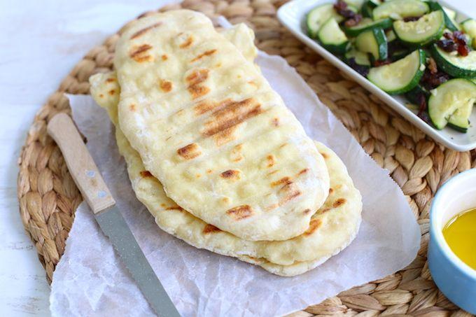 In dit recept laten we je zien hoe je met maar een paar ingrediënten een super lekkere flatbread kan maken. Serveer de flatbread met gehaktballetjes.