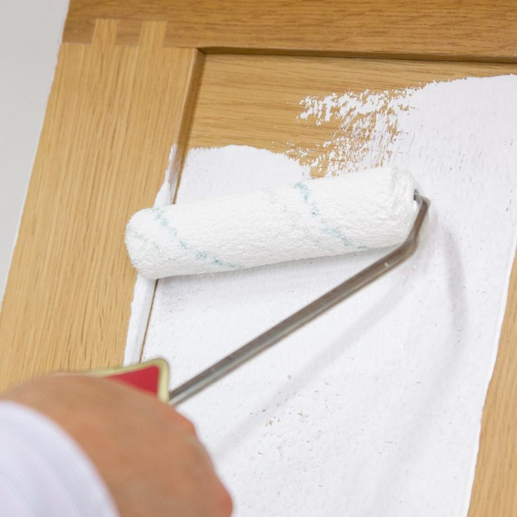 En gammel kjøkkeninnredning kan bli som ny etter en omgang maling. Og med riktig maling og verktøy kan en overraskende enkel jobb gi et prikkfritt resultat!