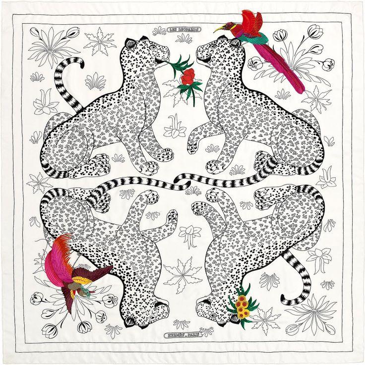 Carré 120 Hermès | Les Léopards Oiseaux Fleuris | Christiane Vauzelles ---------- Carré géant exceptionnel en twill de soie, brodé et roulotté à la main (120 x 120 cm) Sur du twill de soie blanc immaculé commence le travail de broderie main au point de chaînette du dessin Les Léopards. Les félins prennent ensuite leur relief par la broderie de perles de verre mates ou brillantes et se parent alors de fleurs, fruits et oiseaux exotiques, brodés au fil de soie, ou en application de soie…