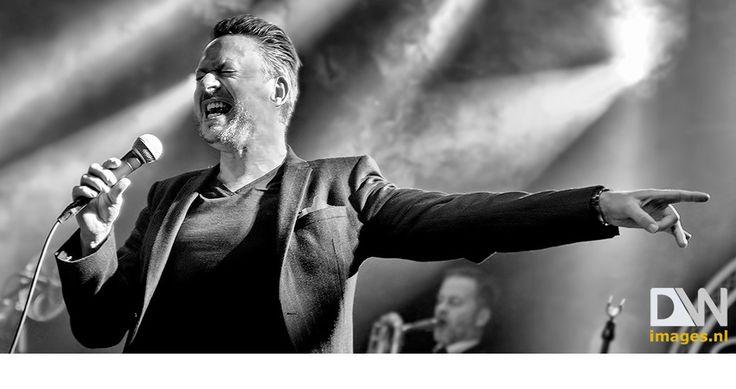 #MOJO_MAN De negenkoppige band Mojo Man kwam samen in 2014 en weet met zijn mix van diverse stijlen mening podia op zijn kop te zetten. De puzzelstukjes vallen op zijn plaats wat resulteert in een puur, ongepolijst recht-‐voor-‐zijn-‐raap collectief. Er volgen optredens op verschillende festivals, een speciaal concert in de North Sea Jazz club in Amsterdam en een supportshow van Delta Saints. Klik op bovenstaande foto voor het volledige fotoverslag!