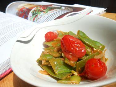 Et Tring kocht: Mezze-Salat aus grünen Bohnen und Tomaten mit angenehmer Schärfe nach Veggiestan.