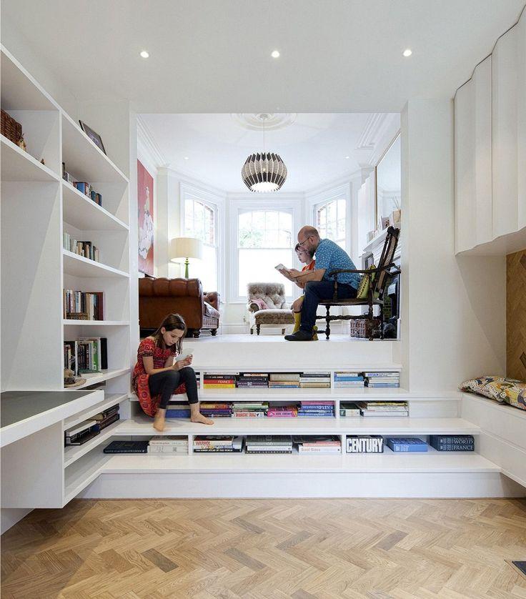 Spazio molto grande e particolare dedicato alla lettura per tutta la famiglia. I libri hanno un posto anche sotto le scale