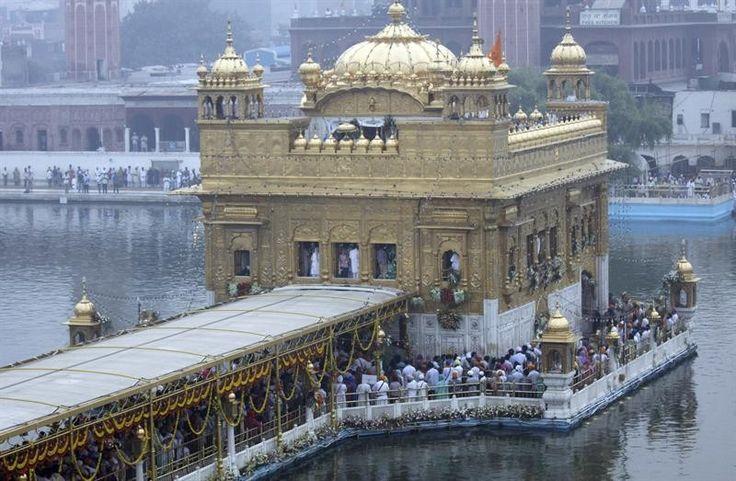Devotos oram no Templo Dourado da cidade de Amritsar, na Índia, para celebrar o 479º aniversário do guru Ram Das - http://epoca.globo.com/tempo/fotos/2013/10/fotos-do-dia-9-de-outubro-de-2013.html (Foto: EFE/Raminder Pal Singh)