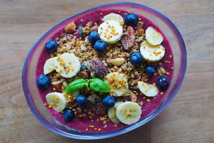 Berry smoothie bowl w. basil and hidden greens