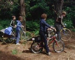 screenshot: Five mit dem Fahrrad unterwegs
