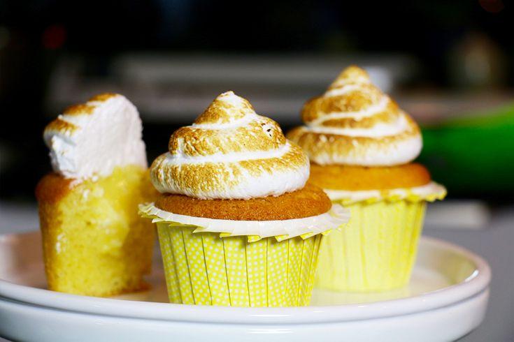 """Cette semaine, je vous propose une recette de super cupcakes au citron façon """"tarte au citron meringuée"""". Une base de cupcakes moelleuse et très facile, un coeur """"crème au citron"""" acidulé trop bon et enfin une déco avec une ganache chamallow maison, que l'on caramélise avec un chalumeau de cuisine ou sous le grill du …"""