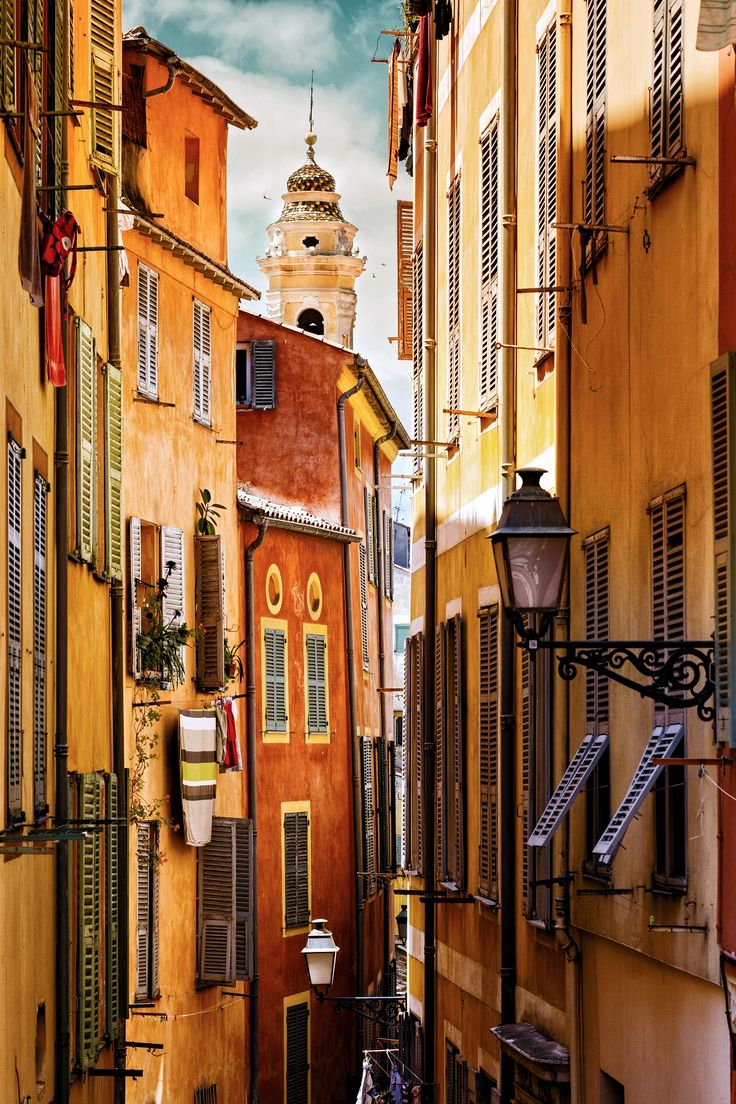 Nice Old Town (known locally as Le Vieux Nice) is a lovely honeycomb of narrow streets, dotted with beautiful Baroque churches, vibrant squares, shops and restaurants. Discover the 10 best tours in this picturesque town!