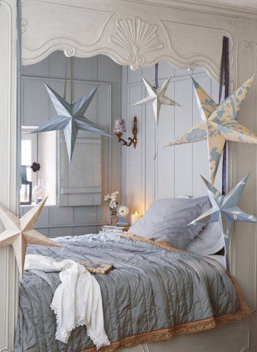 3D paper stars - i love this bedroom nook