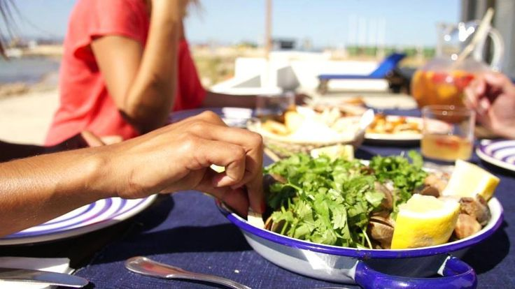 Our Selection Of The Best Foodie Experience in Algarve. The region is absolutely fit to bursting with delicious things to eat, wonderful restaurants (ranging from cheap and cheerful local barsa to some seriously high-end cuisine) and experiences that'll leave any serious foodie drooling with anticipation.