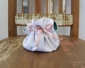 Porta jóia confeccionado em algodão piquet e forrado com tecido florido. Possui divisórias internas e fechamento em fita de cetim. Ideal para presentear madrinhas de casamentos e convidadas de festas de 15 anos.
