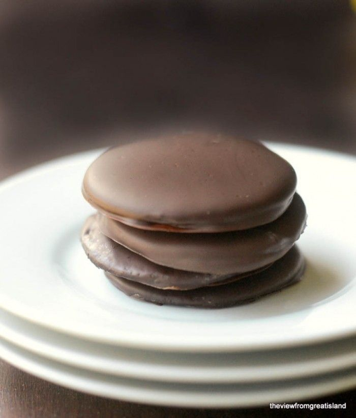 15 Nabisco Famous Chocolate Wafers     8 oz Baker's Semi Sweet Baking Chocolate (8 squares)     1/4-1/2 tsp peppermint extract (or oil)no-bake thin mint cookies