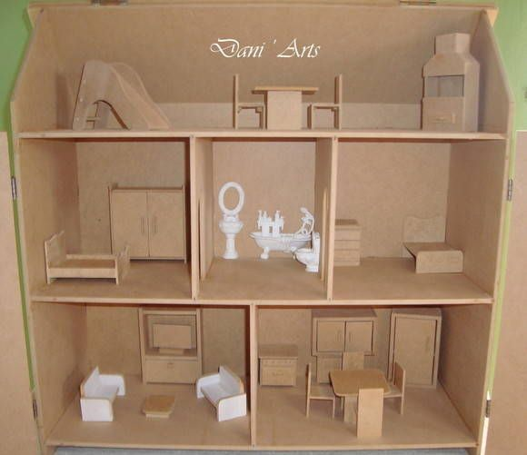 Casa de boneca, fabricação própria,em MDF cru, com portas, dobradiças e fecho metálico. Com bom acabamento, bem lixada, são 5 cômodos, sendo 2 quartos, sala, cozinha, banheiro + solarium(área para lazer). Fabricamos  também o kit de móveis que compõe a casinha, segue abaixo: SOLARIUM: 1 churrasqueira 130mm Alt X 81mm Larg X 32 mm Profundidade 1 mesa  quadrada 53mm A X 80mm L X 80 P  2 cadeiras 73mm A X 34mm L X 40mm Comprimento, 1 escorregador 110mm A x 44mm L x 130mm C QUARTO 1: 1 cama de…