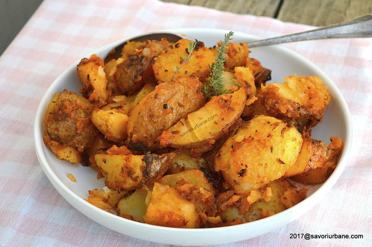 Cartofi cu sos de rosii si ceapa la cuptor reteta de post. Cartofi copti, aromati si deliciosi. O reteta simpla de post (vegana) sau o garnitura gustoasa pe