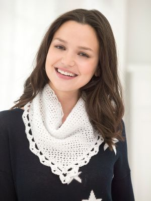 Crochet this bandana style scarf with lace edging for a casual but elegant Independence Day accessory.
