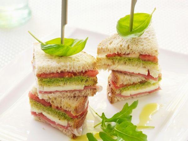 Broodtorentjes met kaas, ham, pesto en tomaat - Libelle Lekker!