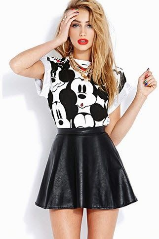 Me gusta esta camisa porque mickey mouse es mi personaje favorito. La falda va con la camisa muy bien. La falda es negro y la camisa es blanco y negro.