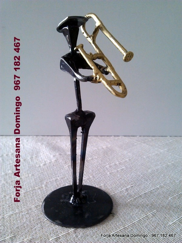 Figura de forja de un musico tocando el trombon, hecho a mano de forma artesana.