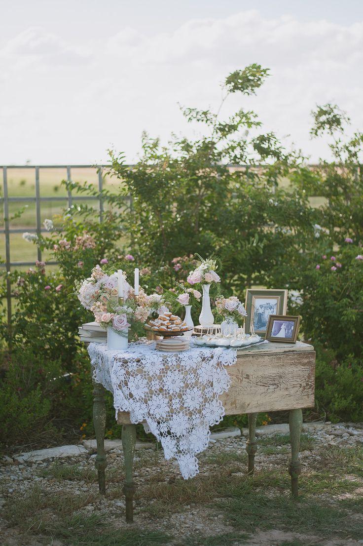 Mesa de postres inspirada en una granja antigua.