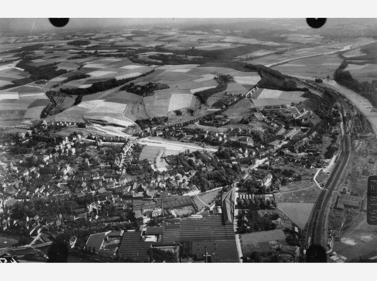 Hier: Flug 22, Bild 687. Position der Kamera: fotografiert über Essen-Kettwig, etwa über dem heutigen Bereich Kettwiger Stausee, etwa zwischen Ringstraße, Promenadenweg, Bahnbrücke über die Ruhr und Werdener Straße. Unten im Bild: die Kettwiger Altstadt (links), die Scheidt´sche Tuchfabrik (Mitte), Gleisanlagen und Bahnhof Kettwig (rechts) sowie die Ruhr (entlang des rechten Bildrandes).