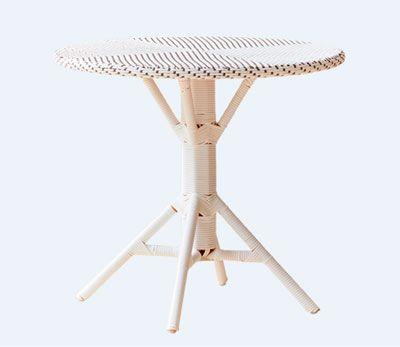 Cafébord i flet i 2 farver enten cappuccino-brun med hvide prikker eller hvidt med cappuccino-brune prikker samt med et alu-understel i hvidt eller cappuccino-brun. Flettet er lavet af vedligeholdelsesfri polystrand.  Størrelse er:      Højde :     70 cm     Diameter: 80 cm