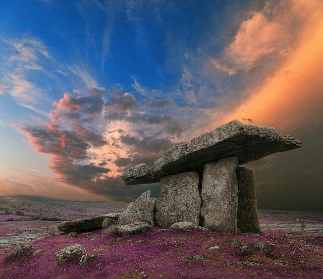 """Poulnabrone Dolmen """"hol van de kweernen"""" of """"hol van de smarten"""", is een hunebed,  The  Burrens in County Clare, Ierland. Het graf dateert uit het Neolithicum, ergens tussen 4200 en 2900 voor Christus. De dolmen bestaat uit een ongeveer 4 meter lange, dunne tafelachtige steenplaat ondersteund door slanke staande stenen. Het geheel is ongeveer 180 centimeter hoog en creëert daarmee een 9 meter lange """"kamer""""."""