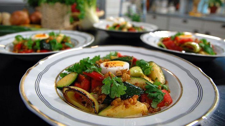 Frikassé en lys gryte som det passer godt å koke på høne. Med lekre grønnsaker og byggryn med ekstra krydder blir det en varm hovedrett som føles frisk og moderne.