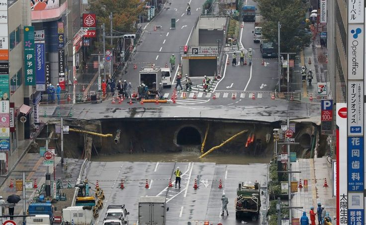 Parte della strada a cinque corsie è collassata creando un'enorme voragine grande quasi quanto una piscina olimpionica. E' successo nel cuore di