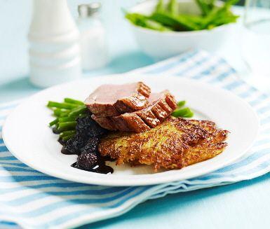 Knaperstekt ankbröst med björnbärssås är lika nytt som oväntat gott. Och potatiskaka gjord på finriven potatis gör inte saken sämre. Björnbär, rikligt med balsamvinäger och mörkt muscovadosocker reduceras till en sås som passar perfekt till saftig anka.