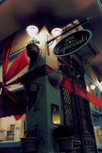 Θα κλείσουμε το ΣΚ μας, με ζεστό καφέ ή σοκολάτα, στο φιλόξενο «Espressaki Cafe Bistro». Μια από τις συνήθεις επιλογές μας, κάτω από τον Πύργο των Αθηνών στους Αμπελόκηπους, που πέρα από τα γευστικά ροφήματα, μας προσφέρει συχνά και homemade Sangria. Για cosy στιγμές με καλή παρέα…  Espressaki Cafe Bistro, Αγγέλου Πύρρη 3, Αμπελόκηποι, 21 1012 6765