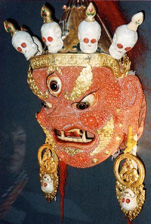 Figure 16 : Masque de cérémonie mongol orné de corail rouge. © Jo Harmelin, COM-Dimar - Reproduction et utilisation interdites