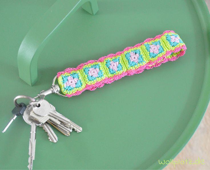 Möchten Sie diesen Schlüsselanhänger häkeln? Wählen Sie Ihre Lieblingsfarben für die Granny Squares und legen Sie gleich los mit dieser gratis Anleitung.