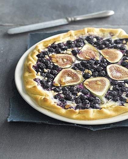 Pizza dolce ai mirtilli e fichi (cucina del corriere)... oppure marmellata di fragole e pezzi di cioccolato bianco su pasta sfoglia!